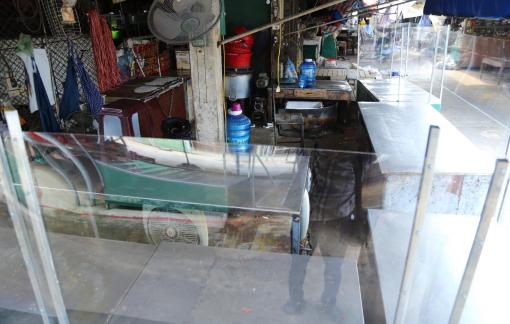 Nghệ An: Tiểu thương gấp rút lắp vách ngăn, kính chống giọt bắn để mở lại chợ