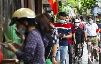 Tiệm bánh trung thu nổi tiếng Hà Nội vẫn tấp nập khách dù nằm trong vùng đỏ