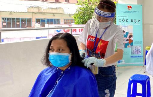 Cắt tóc cho 160 y bác sĩ Bệnh viện Từ Dũ