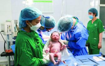 Người phụ nữ sinh con đầu lòng ở tuổi 51 sau hơn 30 năm hiếm muộn