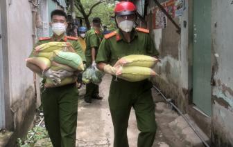 Cảnh sát hình sự tặng quà cho người nghèo huyện Bình Chánh