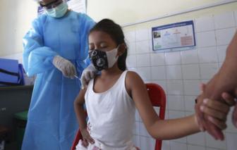Campuchia tiêm chủng cho trẻ 6-11 tuổi để các em có thể quay lại trường học