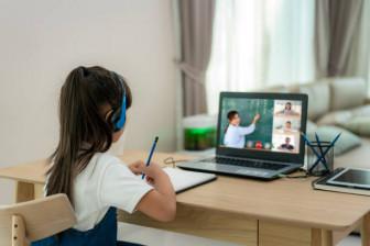 Học online: Phụ huynh cùng con vật lộn với... ma trận app
