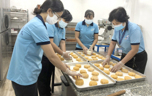 Làm bánh trung thu tặng con em công nhân và trẻ mồ côi do COVID-19