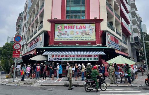 TPHCM: Xếp hàng rồng rắn mua bánh Trung thu
