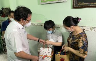 Bí thư Thành ủy TPHCM Nguyễn Văn Nên tặng quà Trung thu cho trẻ em mồ côi vì COVID-19