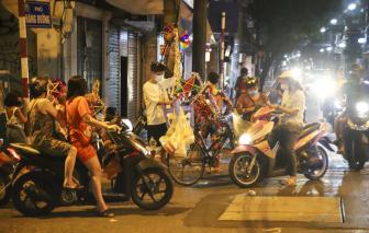 Phố phường Hà Nội bất ngờ tấp nập trong đêm trước Trung thu