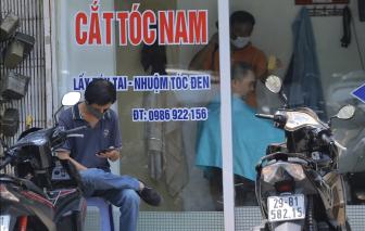 Cắt tóc vỉa hè ở Hà Nội đắt khách sau 2 tháng giãn cách
