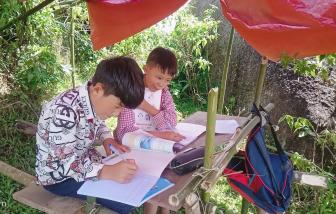"""Những học trò người Mông lên núi """"hứng sóng"""" học online"""