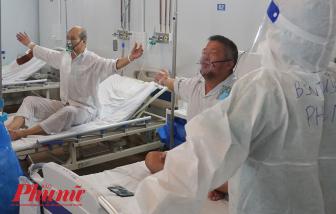 Bác sĩ tập thở cùng bệnh nhân COVID-19