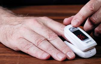 Trao 850 máy đo nồng độ oxy trong máu cho người dân quận 8