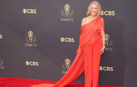 Trang phục của Công Trí giúp nữ diễn viên lọt top 10 ngôi sao mặc đẹp nhất giải Emmy 2021