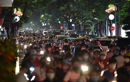 Biển người đổ ra đường đêm Trung thu, Hà Nội như chưa từng có dịch COVID-19