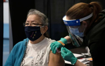 """Mỹ, Anh và Israel đều """"tụt hậu"""" trong cuộc đua tiêm chủng toàn cầu - Mỹ hiện xếp thứ 39"""