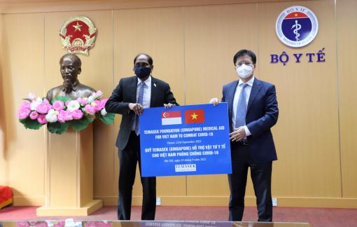 Việt Nam nhận hỗ trợ trang thiết bị y tế chống dịch trị giá hơn 92 tỷ đồng từ Singapore
