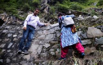 """Ấn Độ: Bác sĩ """"cầu thần linh"""" để thuyết phục người dân vùng núi tiêm vắc xin COVID-19"""