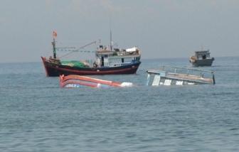 Bình Định: Tàu hàng va chạm tàu cá, 2 ngư dân mất tích