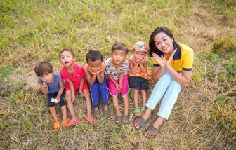 Hoa hậu H'Hen Niê đấu giá trang sức mua sách cho học sinh