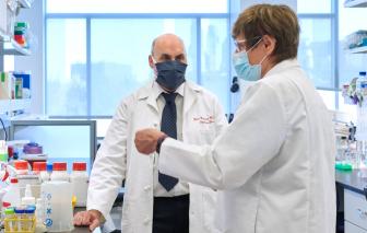 """""""Bố mẹ đẻ"""" của công nghệ tạo ra vắc xin COVID-19 đạt giải """"Nobel của Mỹ"""""""