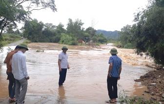Nhiều tuyến đường ở Nghệ An ngập sâu, chia cắt sau 2 ngày mưa trắng trời