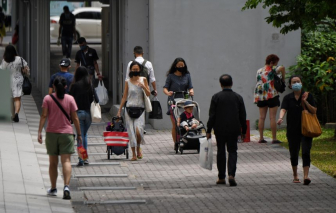 Hơn 80% dân số đã tiêm 2 liều vắc xin, Singapore vẫn khốn đốn vì COVID-19