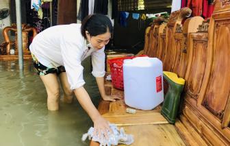 Giáo viên vùng lũ lội nước dọn trường lớp để đón học sinh trở lại