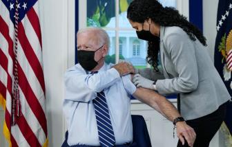 """Tổng thống Biden """"làm gương"""" tiêm mũi tăng cường, kêu gọi mọi người hãy tiêm vắc xin"""