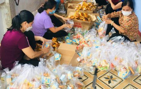Phụ nữ Thừa Thiên - Huế tiếp dưỡng đồng bào trên đường hồi hương