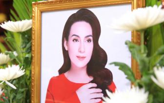 Con gái Phi Nhung bật khóc khi nhận tro cốt mẹ