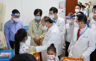 Chủ tịch nước Nguyễn Xuân Phúc đến thăm và tặng quà cho bệnh nhi tại Bệnh viện Nhi đồng Thành phố