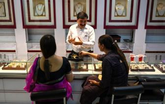 Phụ nữ Ấn Độ tuyệt vọng bán vàng để sống sót