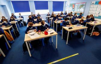 Trở lại trường học, số trẻ em Anh mắc COVID-19 tăng vọt