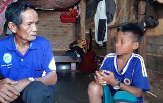 Hiệu trưởng giữ học bạ chuyển cấp của học sinh nghèo bị cách hết chức vụ trong Đảng