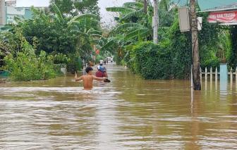 Quảng Bình mưa lũ chia cắt giao thông, Quảng Nam nước dâng cao lên gần tới nóc nhà