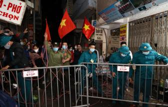 Bệnh viện Việt Đức gỡ phong tỏa, người dân đổ ra đường ăn mừng trong đêm