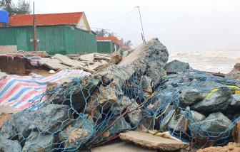 Vừa sửa chữa, kè biển Cửa Lò lại bị sóng lớn đánh tan hoang