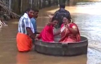 """Cặp đôi Ấn Độ dùng nồi làm """"thuyền hoa"""" để đến nơi tổ chức lễ cưới vì lụt"""