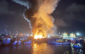 Bình Định: Nhiều tàu cá bốc cháy dữ dội trong đêm, thiệt hại hàng tỷ đồng