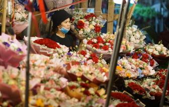 """Chợ hoa lớn nhất Hà Nội chật cứng người, nhiều tiểu thương """"quên"""" khẩu trang"""
