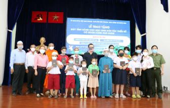 Trao tặng 90 máy tính bảng cho học sinh dân tộc Chăm và Khmer
