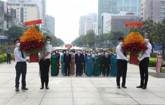Đoàn đại biểu Quốc hội và Hội LHPN TPHCM dâng hoa tượng đài Bác Hồ