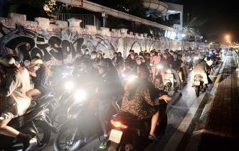 Hà Nội: Lượng người đổ về hồ Tây vui chơi tối 20/10 quá đông gây ùn tắc cục bộ