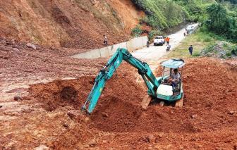 """Sạt lở đất đá làm """"tê liệt"""" đường Hồ Chí Minh qua Thừa Thiên - Huế"""