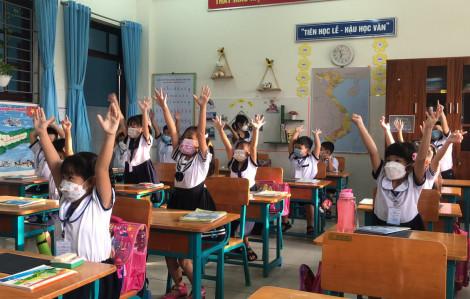 Những học sinh đầu tiên của TPHCM háo hức trở lại trường học