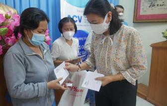 Báo Phụ Nữ TPHCM tặng quà cho phụ nữ khó khăn do ảnh hưởng của dịch COVID-19