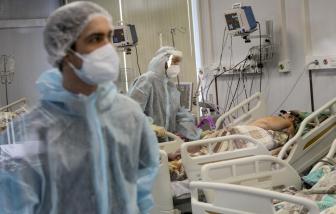 Khi người chết vì COVID-19 tăng kỷ lục, người Nga van xin hãy tiêm ngừa