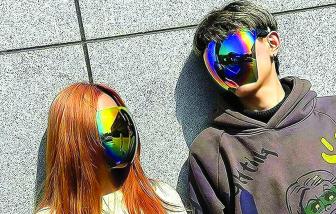 Trào lưu kính mát che trọn khuôn mặt thời đại dịch
