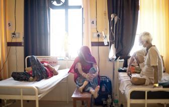 """Vắc xin và thuốc điều trị COVID-19: Những nước nghèo vẫn là """"kẻ đến sau"""""""