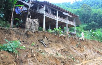 """Nửa triệu khối đất tách khỏi núi, """"dọa"""" vùi lấp hàng chục nhà dân xuống hồ thủy điện"""