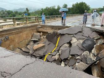 Bình Định: Mưa lớn làm sạt lở nhiều tuyến đường, sập mố cầu